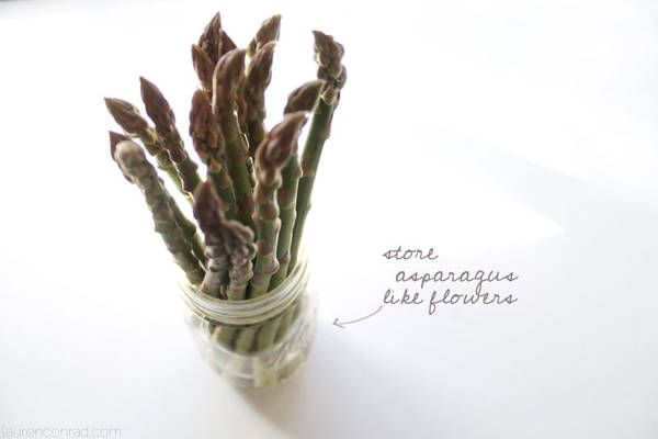 Store asparagus like fresh cut flowers