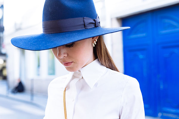 Simple gold earrings and a wide brimmed sunhat. We love it!