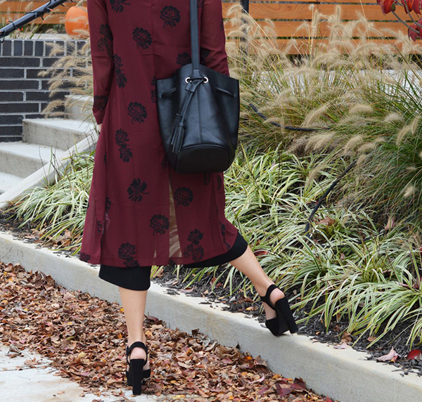Black pumps, a bucket bag, and chiffon cardigan. {love!}