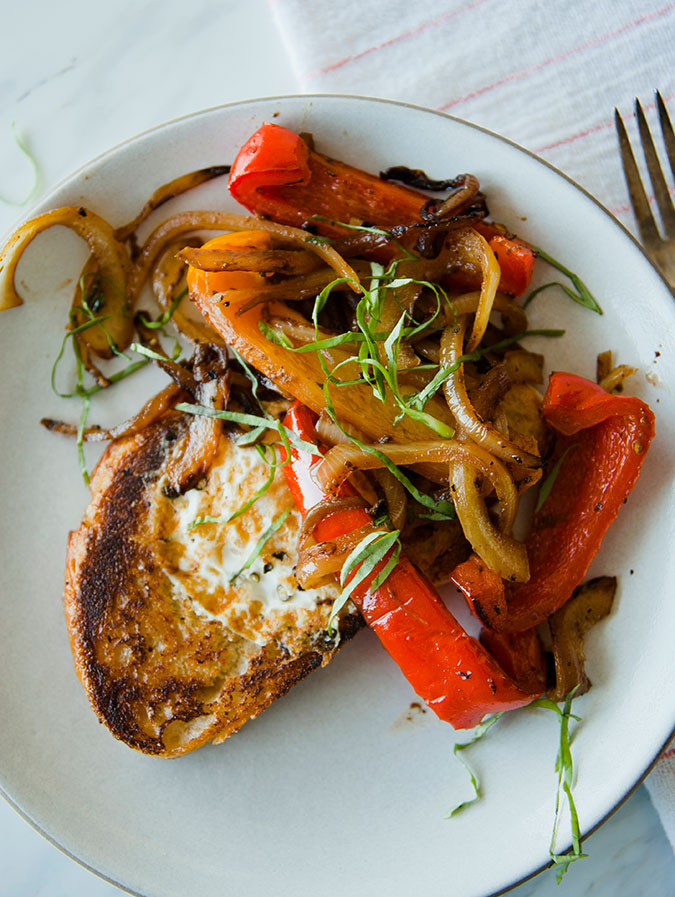 Fried eggs with roasted red peppers recipe