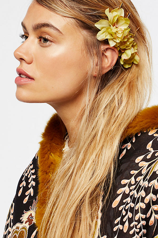 flower hair pins via LaurenConrad.com