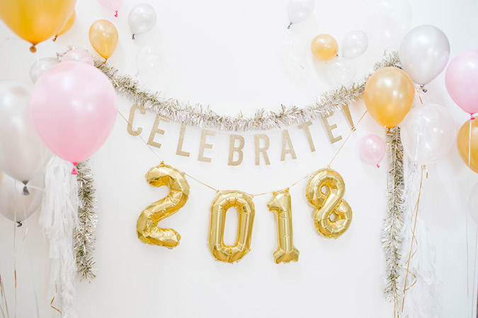 cute NYE backdrop with Balloon Time