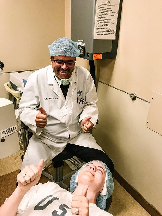 Mon journal de chirurgie oculaire au laser via laurenconrad.com &quot;width =&quot; 675 &quot;height =&quot; 900 &quot;/&gt; Immédiatement après l&#39;opération avec le Dr Taylor. <strong></strong> </h5><h2> <strong>La première semaine</strong></h2><p><strong> <em>2-3 jours après l&#39;opération:</em></strong> </p><p>Pendant les premiers jours, mes yeux étaient <em>très secs</em>. Disons que j'ai beaucoup misé sur les larmes &#8211; Dr. Taylor m&#39;a recommandé de les utiliser toutes les heures pendant les premières semaines et de me faire confiance lorsque je dis que c&#39;était nécessaire. Mais en ce qui concerne la douleur, elle était minime et parfaitement gérable. On m&#39;a administré des gouttes anesthésiantes si les nerfs de mes yeux devenaient trop sensibles, mais la bonne nouvelle est que je n&#39;ai eu à les utiliser que deux fois au cours de la première semaine. Pendant ce temps, ma vision était très floue et trouble, à cause de la couche épithéliale de mes yeux en train de guérir lentement.</p><p> <strong> <em>4-5 jours après l&#39;opération:</em></strong> </p><p>À la fin de la première semaine, je suis retourné à la clinique pour faire enlever mon pansement. C'était aussi simple que de supprimer un contact normal (ce que j'avais l&#39;habitude de faire depuis plusieurs années auparavant). Cependant, le fait de retirer le contact lisse m&#39;a laissé une sensation légèrement granuleuse dans les yeux, car je clignais maintenant des yeux sur un tissu en cours de cicatrisation et inégale. Si quelque chose, ce stade était juste ennuyeux, mais pas douloureux. Ce que je <em>ne pensais pas</em> au cours de la première semaine était à quel point il serait difficile de voir de près. Je devais inverser les couleurs de mon téléphone juste pour lire mes textes, et je m&#39;en tenais presque complètement jusqu&#39;à la deuxième semaine, simplement parce que c&#39;était tellement frustrant. Mais ne vous inquiétez pas, même cette petite contrariété a disparu assez vi